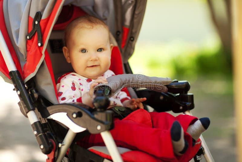 Bebé en cochecito que se sienta fotos de archivo