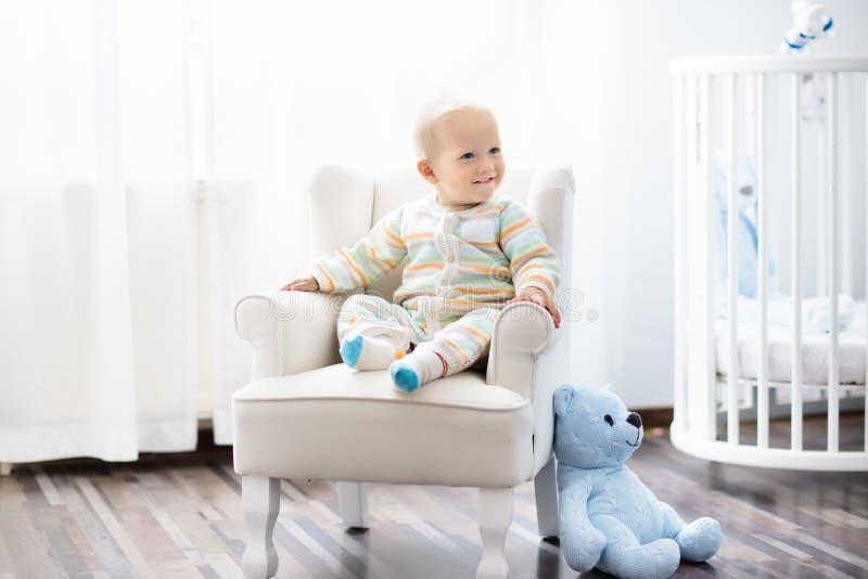 Bebé en dormitorio Embroma el sitio Cama para el niño imagenes de archivo