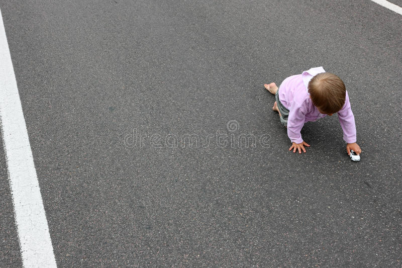 Bebé en el camino fotos de archivo libres de regalías