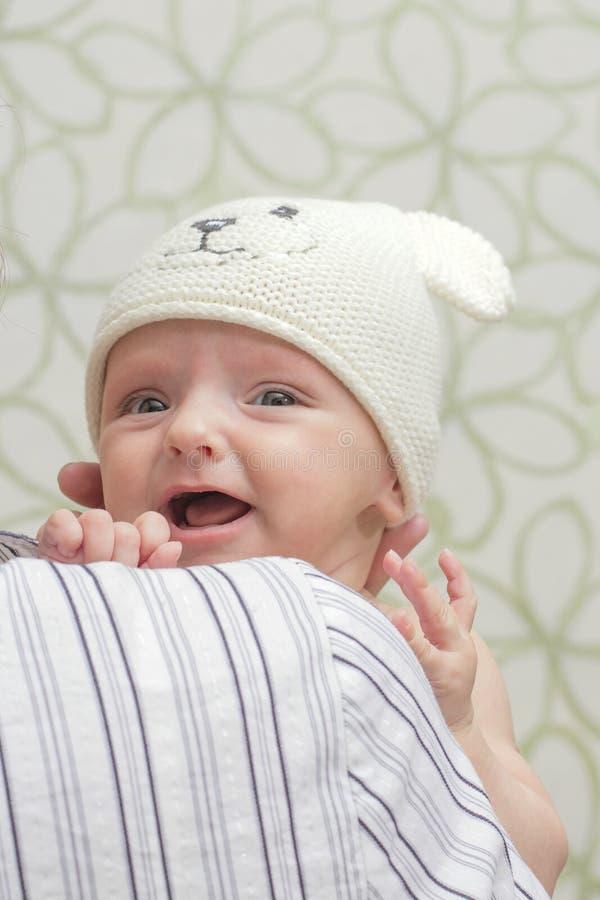 Bebé en el casquillo fotos de archivo