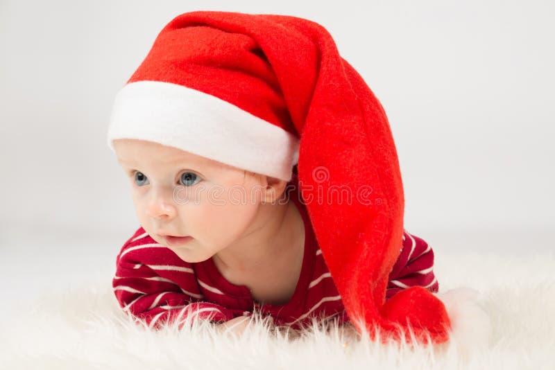 Bebé en el casquillo de Santa Claus fotos de archivo libres de regalías