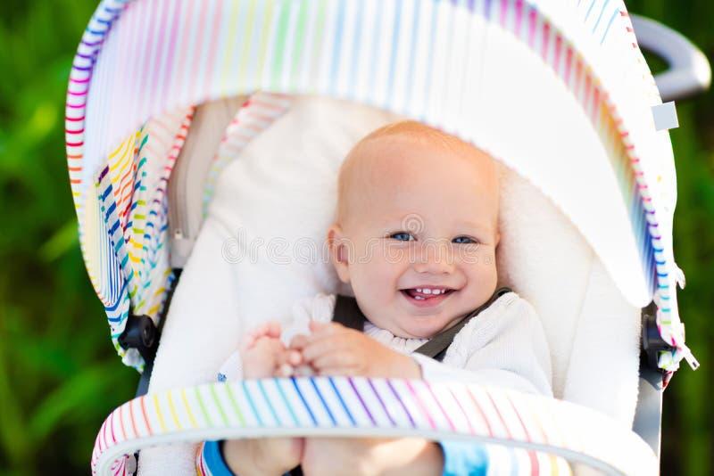 Bebé en el cochecito blanco foto de archivo libre de regalías