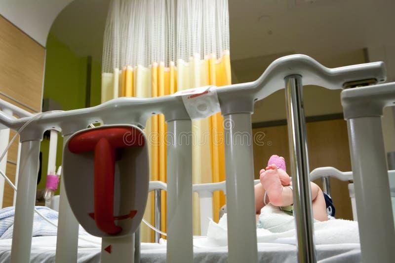 Bebé en el hospital de niños foto de archivo libre de regalías