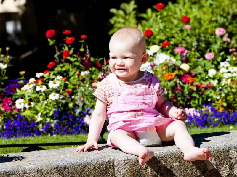 Bebé en el jardín foto de archivo