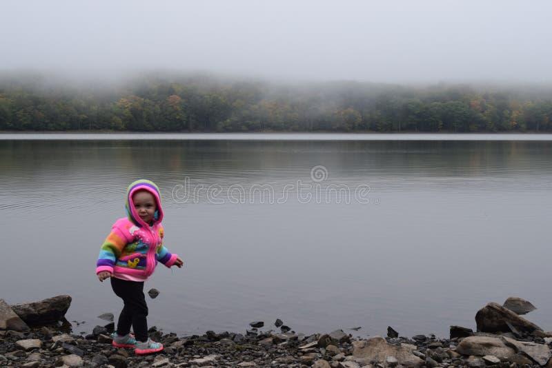 Bebé en el lago de niebla imágenes de archivo libres de regalías