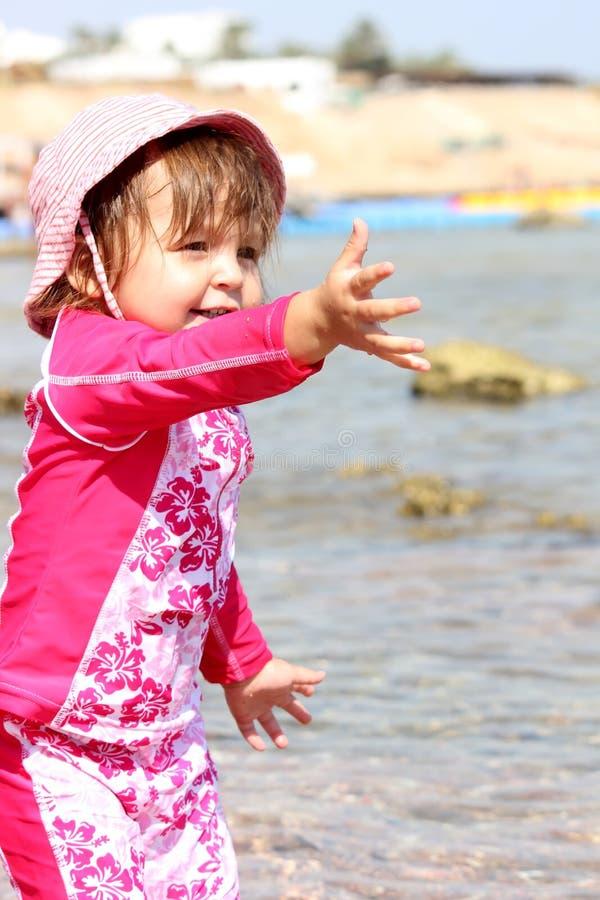 Bebé en el mar imagen de archivo libre de regalías