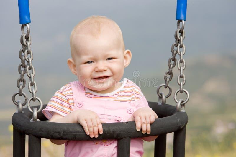 Bebé en el oscilación imagenes de archivo