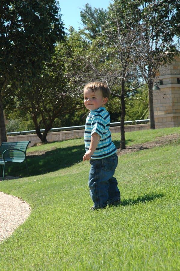 Bebé en el parque imagen de archivo