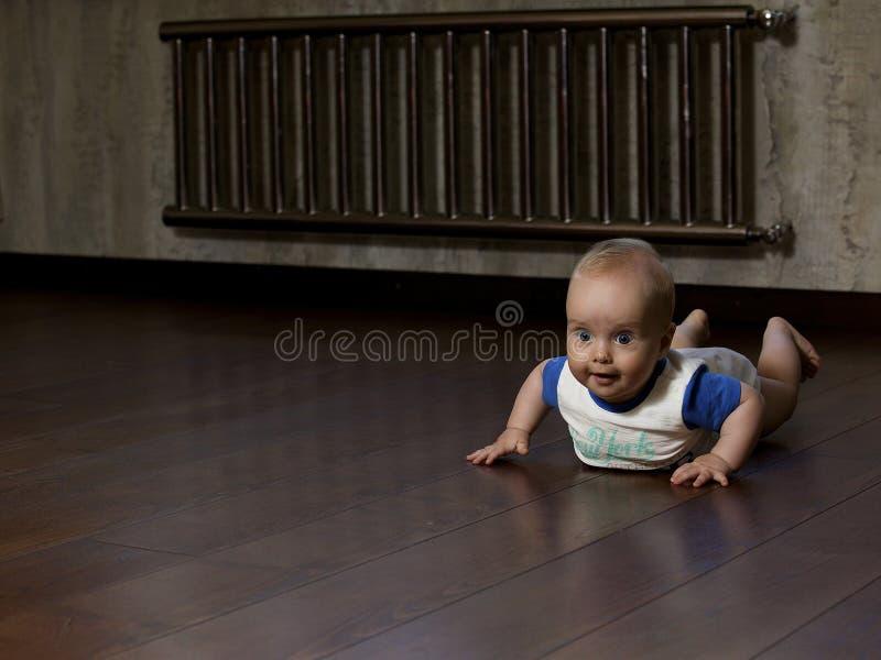 Bebé en el piso foto de archivo libre de regalías