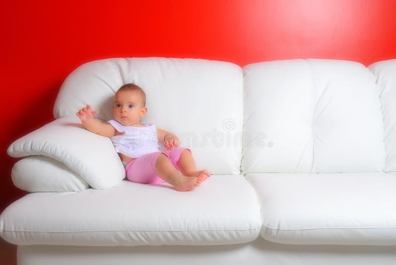 Bebé en el sofá. fotografía de archivo