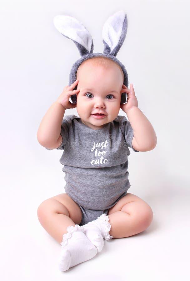 Bebé en el traje de pascua del conejito del conejo en el fondo blanco fotos de archivo libres de regalías