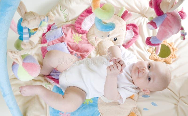 Bebé en jugar la estera imagen de archivo libre de regalías
