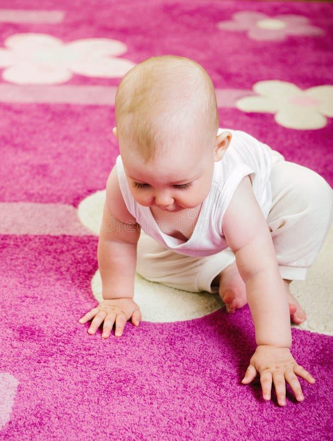 Bebé en la alfombra imagenes de archivo