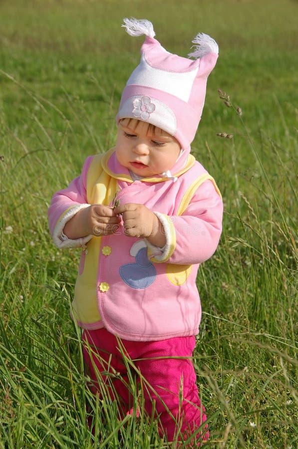 Bebé en la calle imágenes de archivo libres de regalías