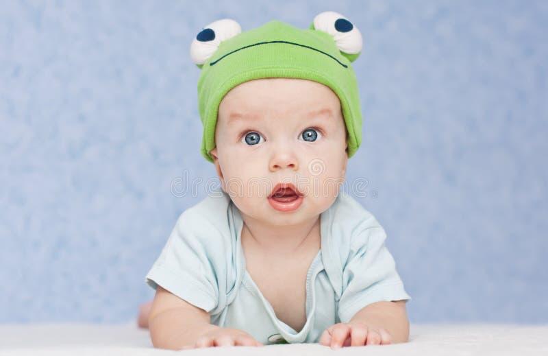 Bebé en la rana del sombrero foto de archivo