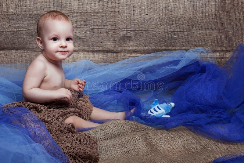 Bebé en la rejilla imagenes de archivo
