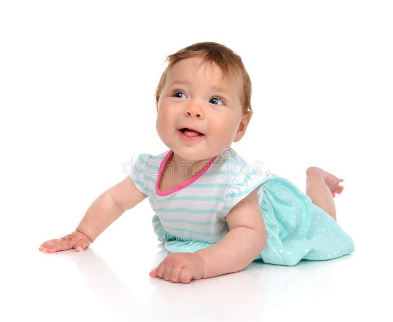 Bebé en la sonrisa feliz de mentira del cuerpo mirando la cámara imagen de archivo libre de regalías