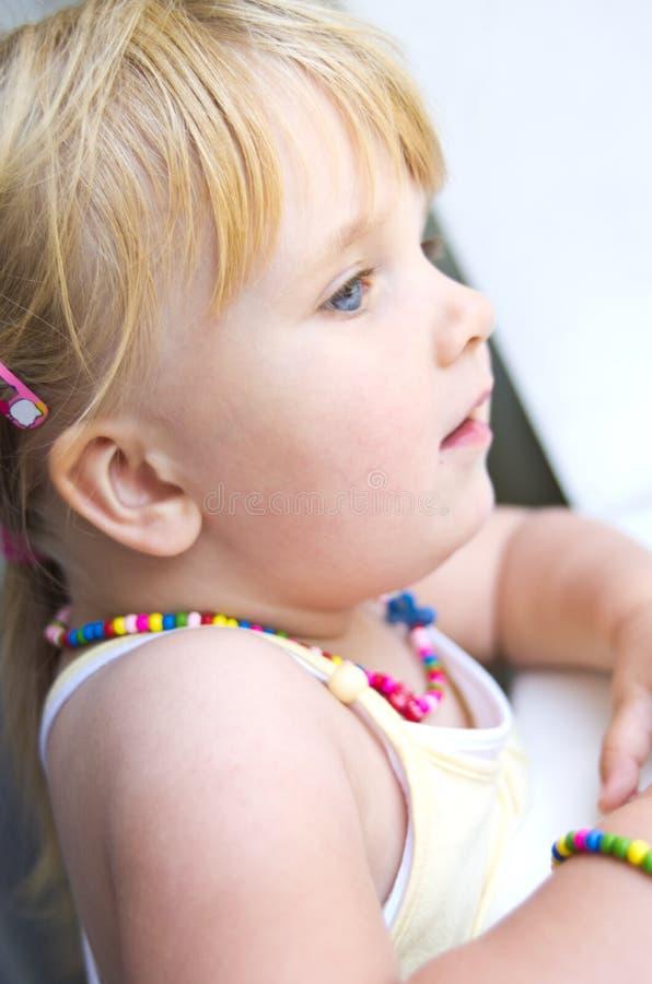 Bebé en la ventana fotos de archivo