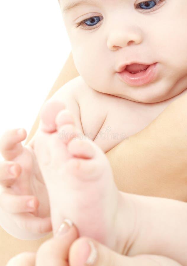 Bebé en manos de la madre fotografía de archivo libre de regalías