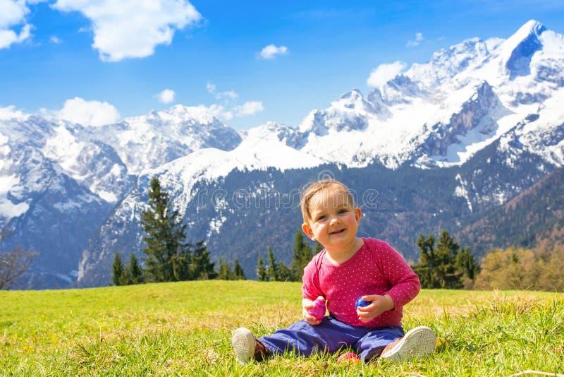 Bebé en montaña de la primavera imágenes de archivo libres de regalías