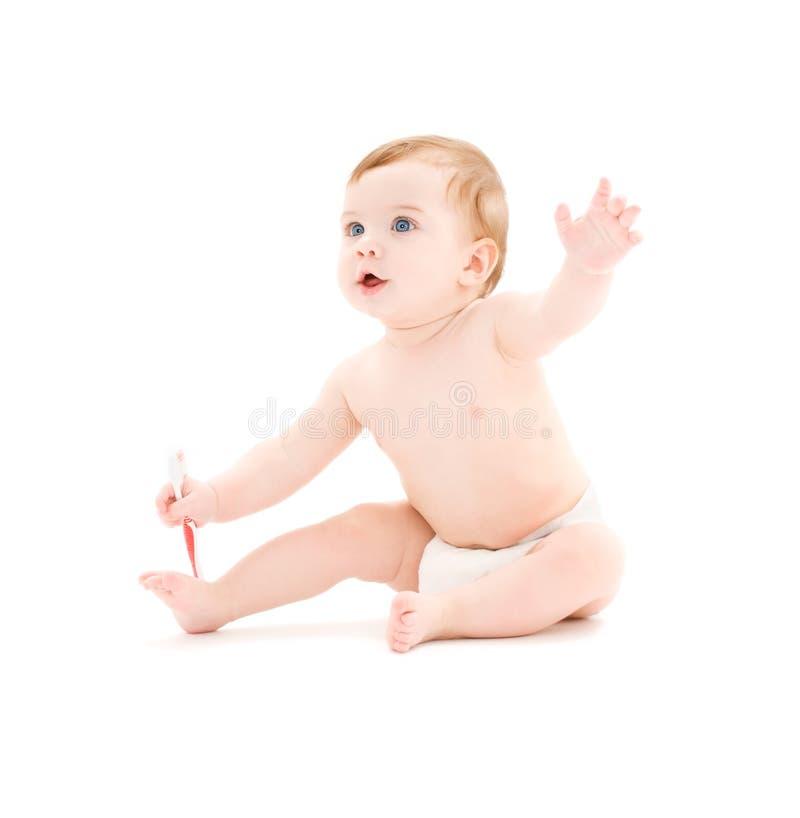 Bebé en pañal con el cepillo de dientes imagenes de archivo
