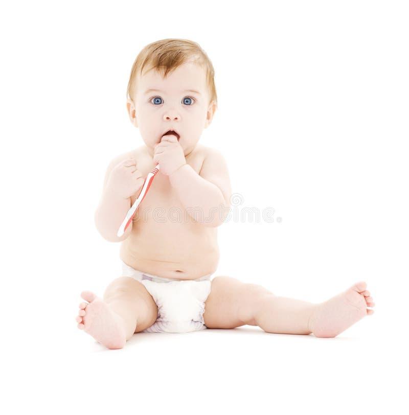Bebé en pañal con el cepillo de dientes imagen de archivo libre de regalías
