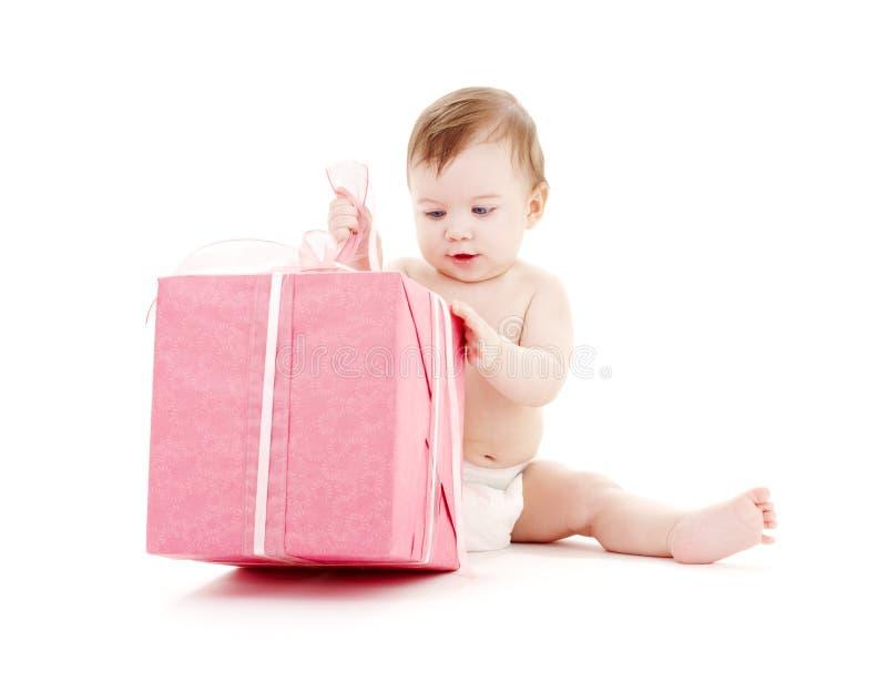 Bebé en pañal con el rectángulo de regalo grande #2 imagen de archivo