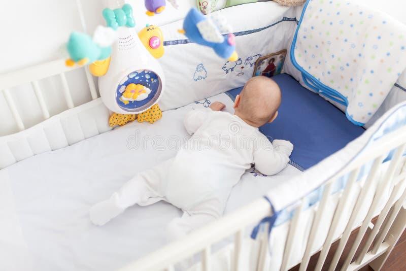 Bebé en pesebre imagen de archivo