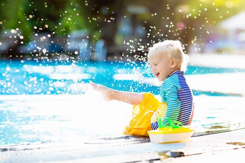Bebé en piscina Vacaciones de verano de la familia foto de archivo