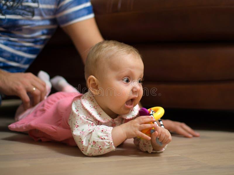 Bebé en suelo fotografía de archivo libre de regalías