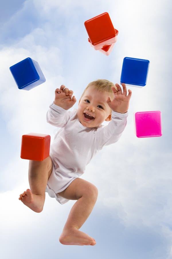 Bebé en todos los fours foto de archivo