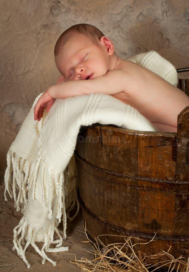 Bebé en un barril fotografía de archivo
