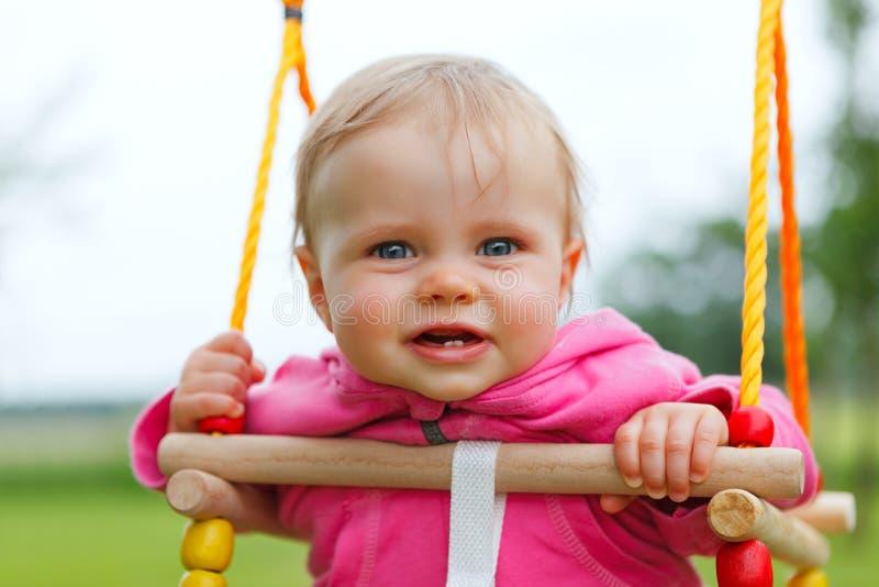 Bebé en un oscilación foto de archivo libre de regalías