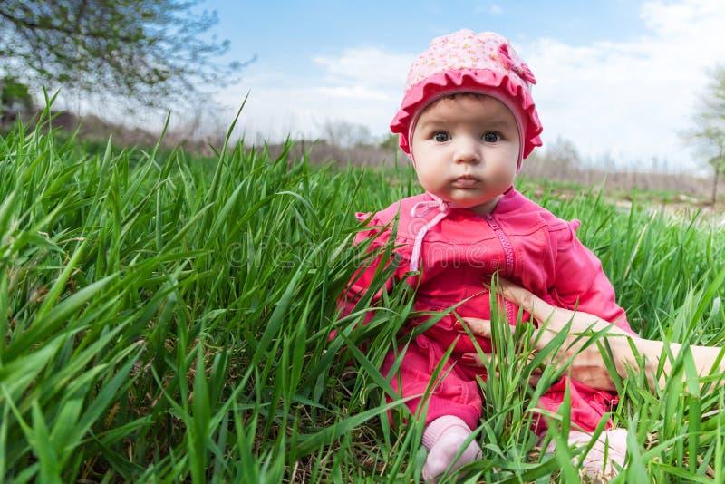 Bebé en un vestido rosado imagen de archivo