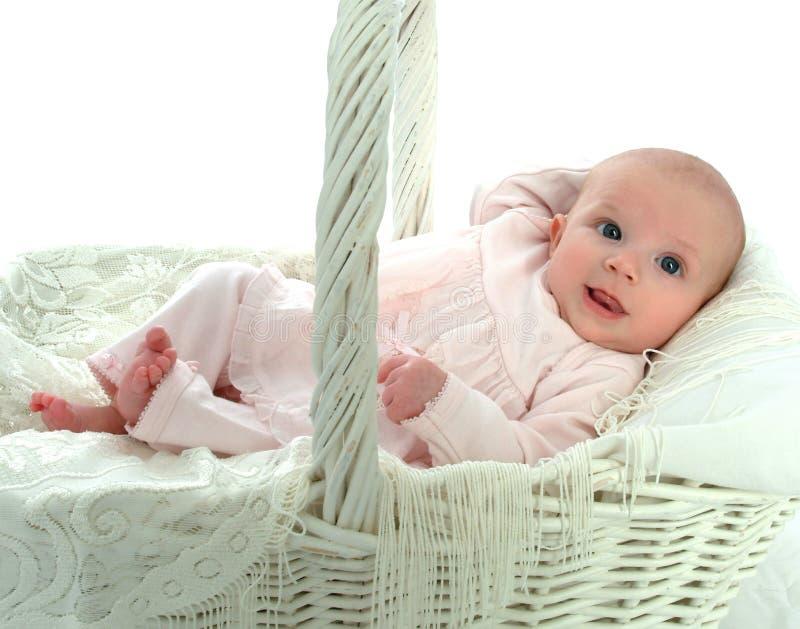 Bebé en una cesta fotos de archivo