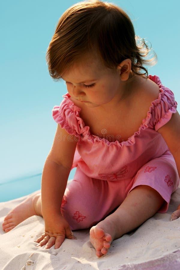 Bebé en una costa foto de archivo libre de regalías
