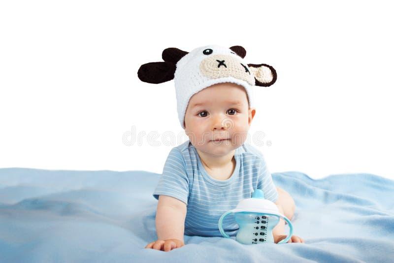 Bebé en una leche de consumo del sombrero de la vaca fotografía de archivo