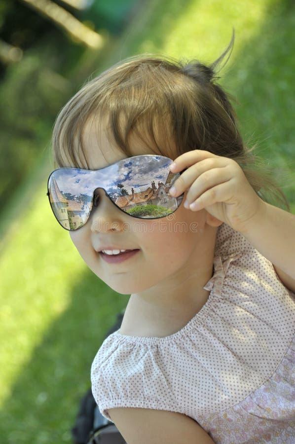 Bebé en vidrios de sol imagenes de archivo