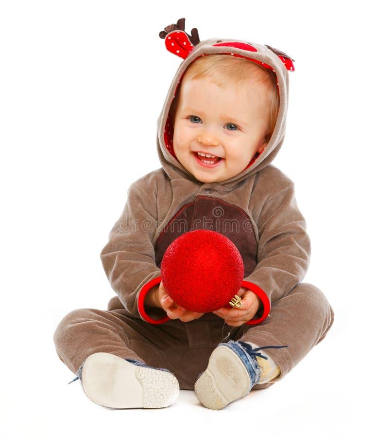 Bebé encantador que juega con la bola de la Navidad imagenes de archivo