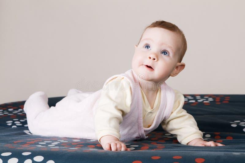 Bebé encantador que se arrastra en un sofá imágenes de archivo libres de regalías