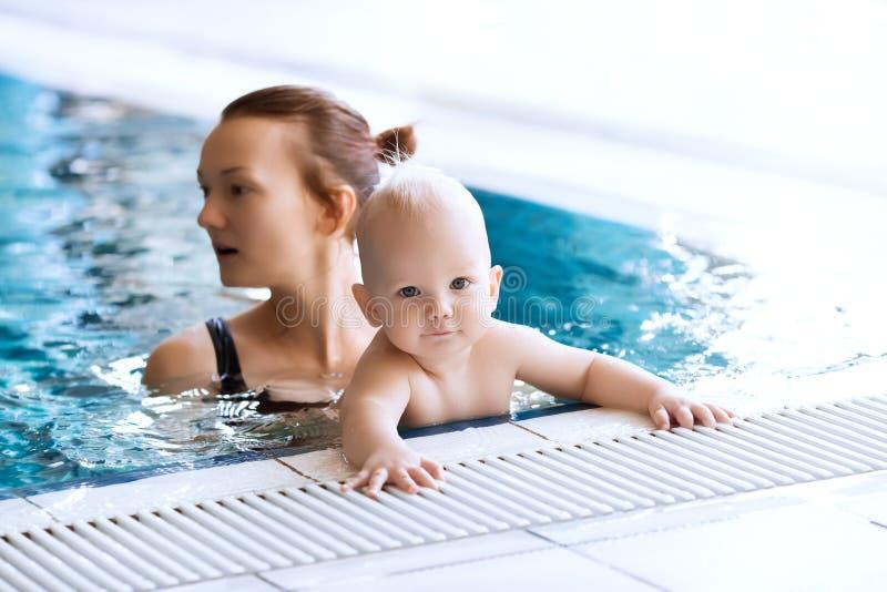 Bebé encantador sonriente en piscina fotos de archivo