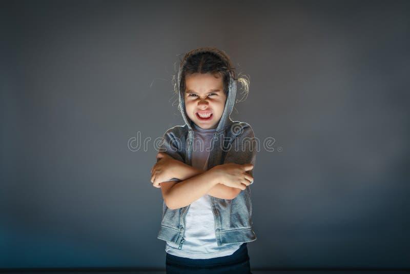 Bebé enojado en un arte gris del fondo imágenes de archivo libres de regalías