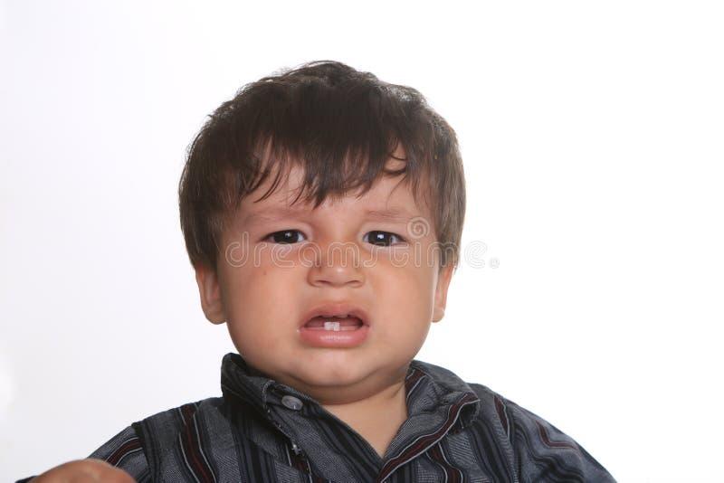 Bebé expresivo adorable feliz en un fondo blanco imagenes de archivo