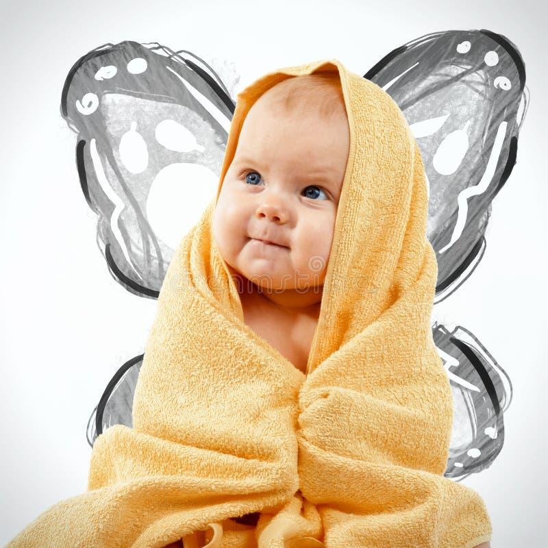 Bebé feliz adorable en toalla amarilla fotos de archivo libres de regalías