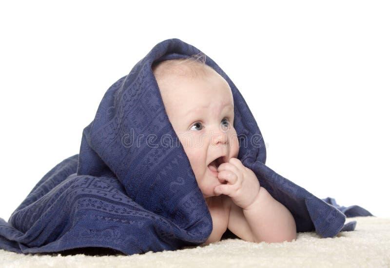 Bebé feliz adorable en toalla colorida foto de archivo