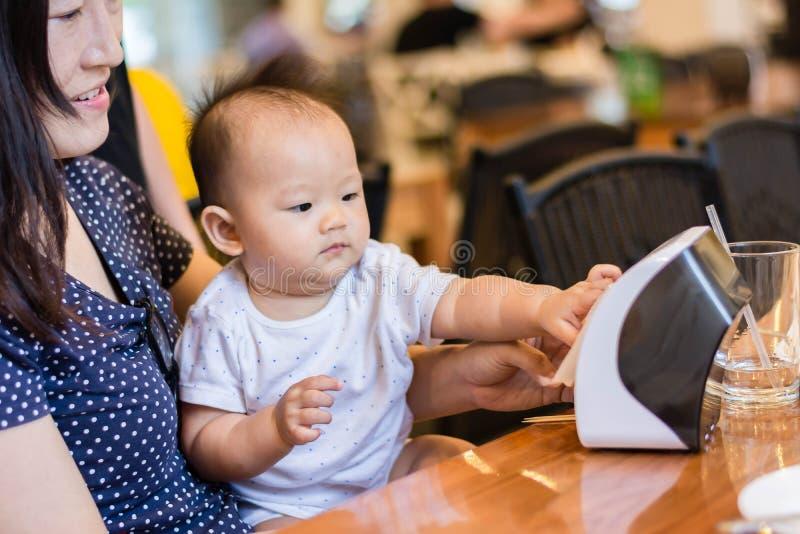 bebé feliz asiático que juega con la tía fotografía de archivo