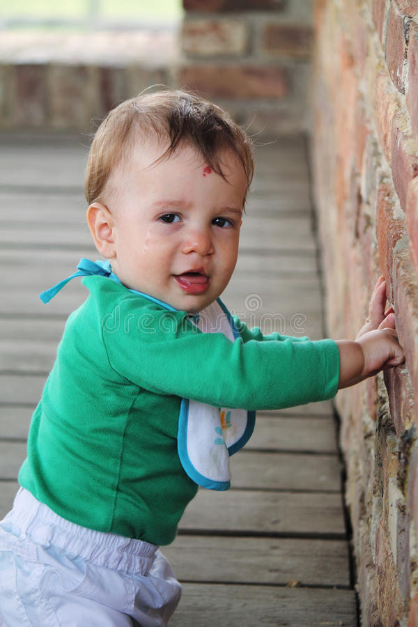 Bebé feliz con el clip dejado fotos de archivo libres de regalías