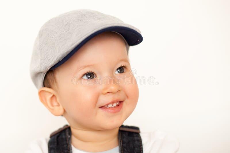 Bebé feliz con el sombrero imagenes de archivo