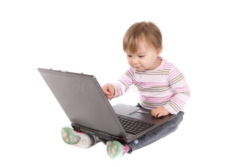 Bebé feliz con la computadora portátil fotografía de archivo libre de regalías