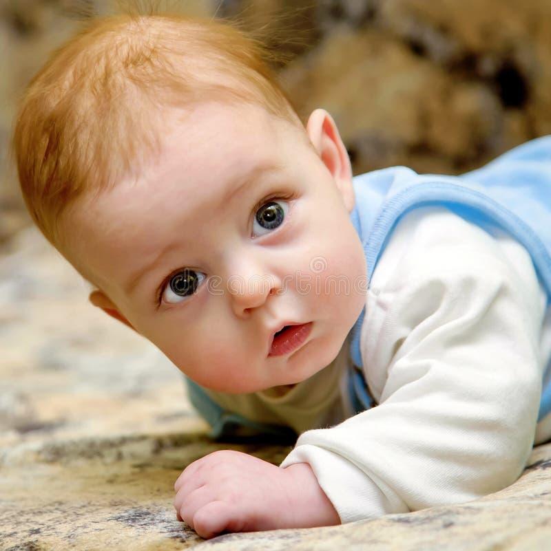 Bebé feliz con los ojos grises hermosos fotografía de archivo